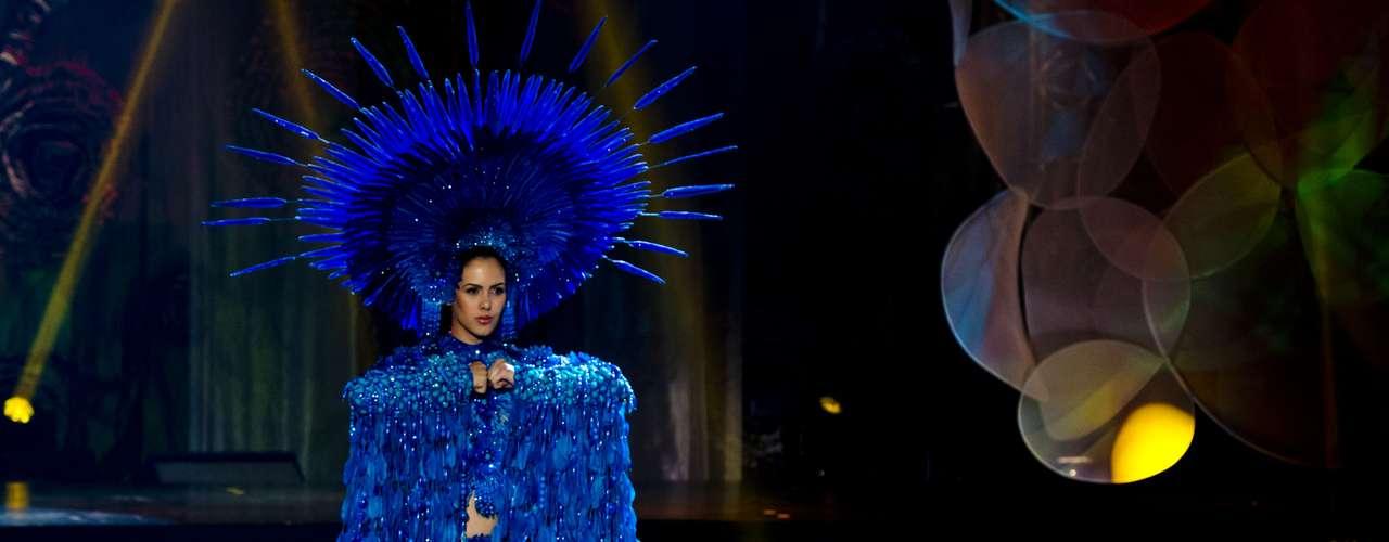 No início desta sexta-feira (27), as 27 candidatas ao título de Miss Brasil 2013 participaram de um momento muito tradicional nos concursos de beleza: o desfile de trajes típicos. O evento aconteceu no Minas Centro, em Belo Horizonte, e contou com as torcidas de cada estado. Na foto, Miss Goiás
