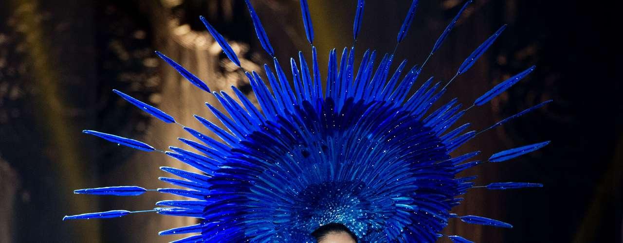 No início desta sexta-feira (27), as 27 candidatas ao título de Miss Brasil 2013 participaram de um momento muito tradicional nos concursos de beleza: o desfile de trajes típicos. O evento aconteceu no Minas Centro, em Belo Horizonte, e contou com as torcidas de cada estado. Na foto, a Miss Goiás