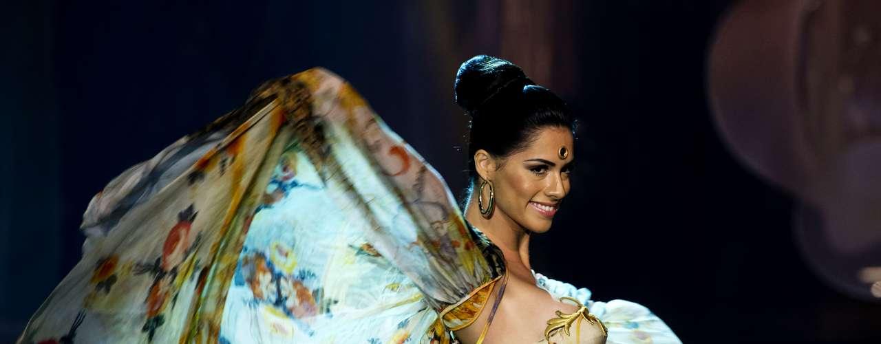 No início desta sexta-feira (27), as 27 candidatas ao título de Miss Brasil 2013 participaram de um momento muito tradicional nos concursos de beleza: o desfile de trajes típicos. O evento aconteceu no Minas Centro, em Belo Horizonte, e contou com as torcidas de cada estado. Na foto, a Miss Minas Gerais