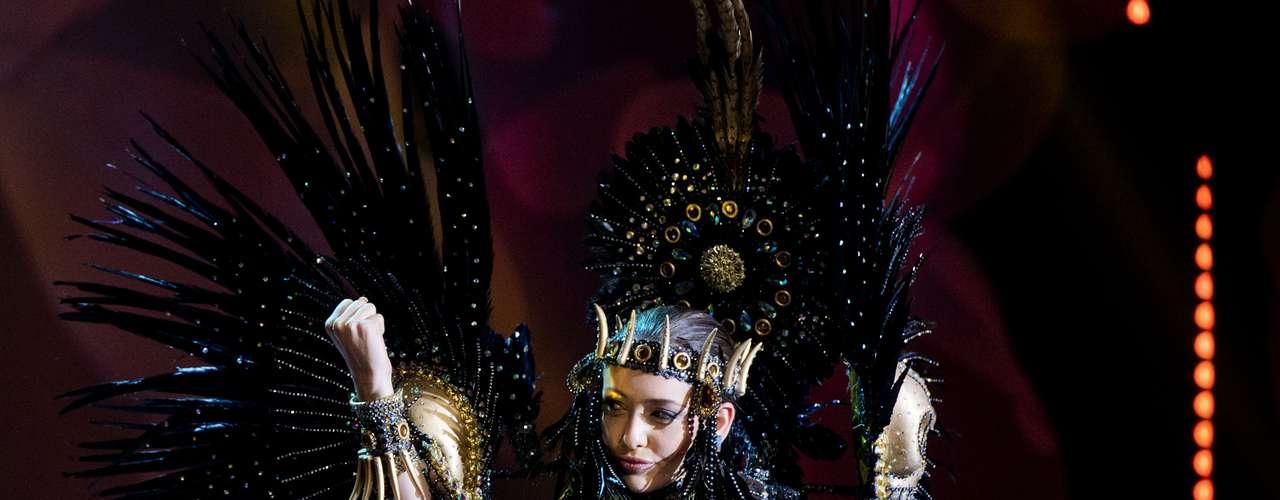 No início desta sexta-feira (27), as 27 candidatas ao título de Miss Brasil 2013 participaram de um momento muito tradicional nos concursos de beleza: o desfile de trajes típicos. O evento aconteceu no Minas Centro, em Belo Horizonte, e contou com as torcidas de cada estado. Na foto, a Miss Alagoas