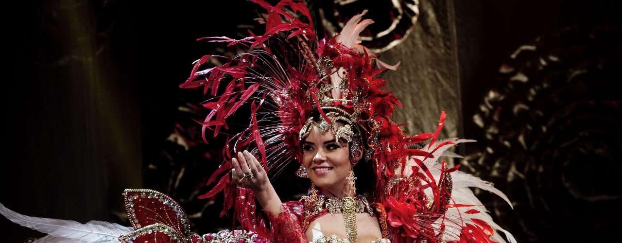 No início desta sexta-feira (27), as 27 candidatas ao título de Miss Brasil 2013 participaram de um momento muito tradicional nos concursos de beleza: o desfile de trajes típicos. O evento aconteceu no Minas Centro, em Belo Horizonte, e contou com as torcidas de cada estado. Na foto, a Miss Amazonas