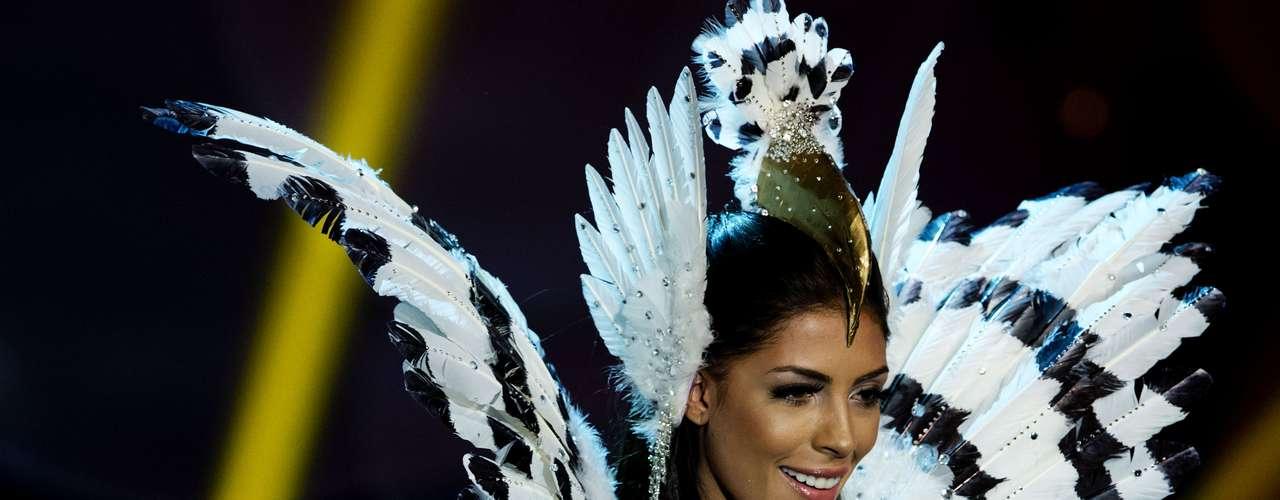 No início desta sexta-feira (27), as 27 candidatas ao título de Miss Brasil 2013 participaram de um momento muito tradicional nos concursos de beleza: o desfile de trajes típicos. O evento aconteceu no Minas Centro, em Belo Horizonte, e contou com as torcidas de cada estado.Na foto, a Miss Distrito Federal