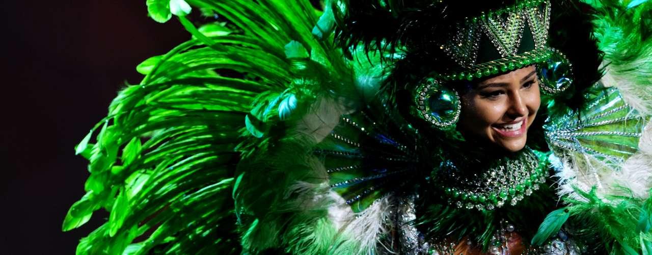 No início desta sexta-feira (27), as 27 candidatas ao título de Miss Brasil 2013 participaram de um momento muito tradicional nos concursos de beleza: o desfile de trajes típicos. O evento aconteceu no Minas Centro, em Belo Horizonte, e contou com as torcidas de cada estado.Na foto, a Miss Espírito Santo