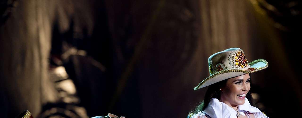 No início desta sexta-feira (27), as 27 candidatas ao título de Miss Brasil 2013 participaram de um momento muito tradicional nos concursos de beleza: o desfile de trajes típicos. O evento aconteceu no Minas Centro, em Belo Horizonte, e contou com as torcidas de cada estado.Na foto, a Miss Mato Grosso do Sul