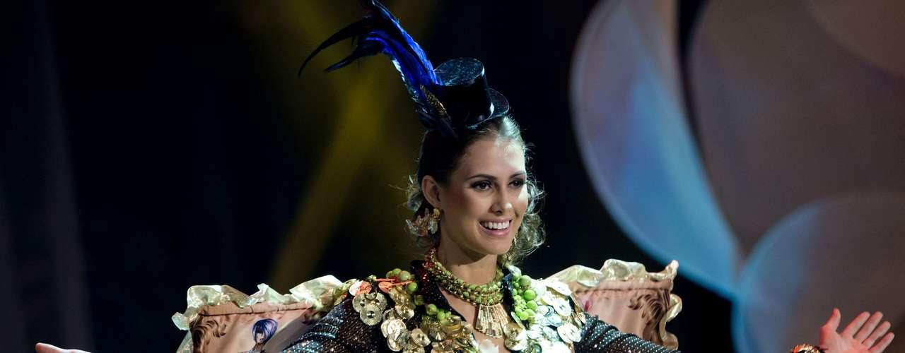 No início desta sexta-feira (27), as 27 candidatas ao título de Miss Brasil 2013 participaram de um momento muito tradicional nos concursos de beleza: o desfile de trajes típicos. O evento aconteceu no Minas Centro, em Belo Horizonte, e contou com as torcidas de cada estado. Na foto, a Miss Paraná
