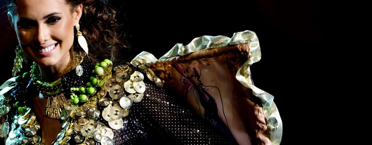 No início desta sexta-feira (27), as 27 candidatas ao título de Miss Brasil 2013 participaram de um momento muito tradicional nos concursos de beleza: o desfile de trajes típicos. O evento aconteceu no Minas Centro, em Belo Horizonte, e contou com as torcidas de cada estado.Na foto, a Miss Paraná