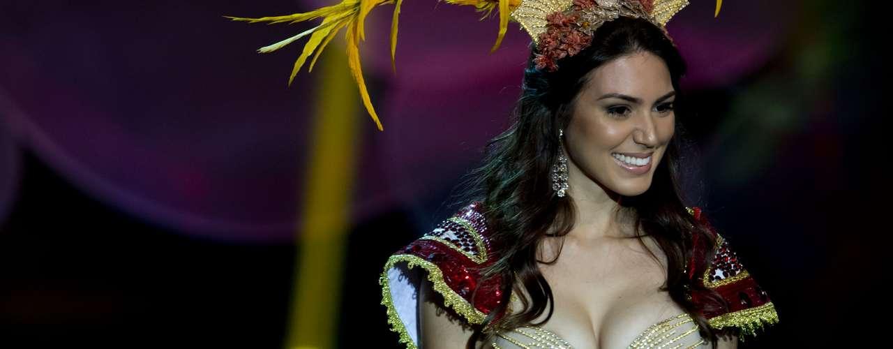 No início desta sexta-feira (27), as 27 candidatas ao título de Miss Brasil 2013 participaram de um momento muito tradicional nos concursos de beleza: o desfile de trajes típicos. O evento aconteceu no Minas Centro, em Belo Horizonte, e contou com as torcidas de cada estado.Na foto, a Miss Pernambuco