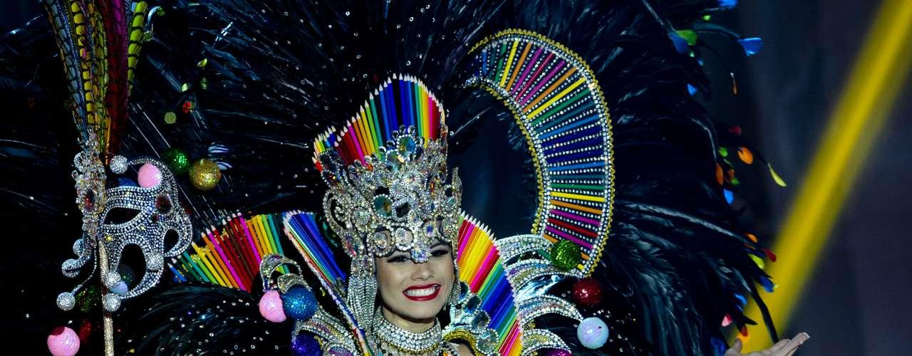 No início desta sexta-feira (27), as 27 candidatas ao título de Miss Brasil 2013 participaram de um momento muito tradicional nos concursos de beleza: o desfile de trajes típicos. O evento aconteceu no Minas Centro, em Belo Horizonte, e contou com as torcidas de cada estado. Na foto, a Miss Rio de Janeiro