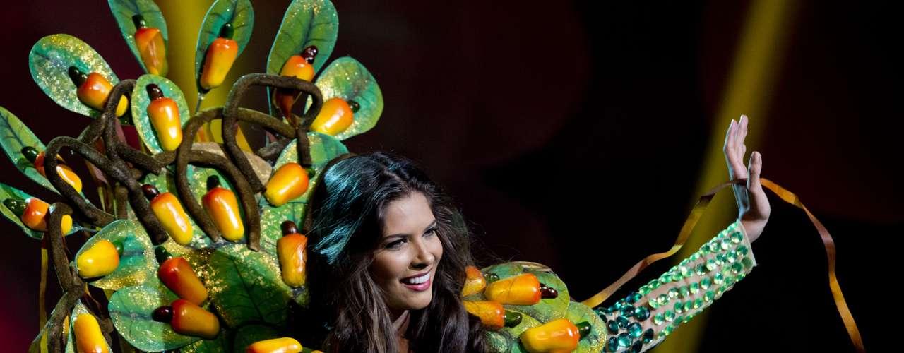 No início desta sexta-feira (27), as 27 candidatas ao título de Miss Brasil 2013 participaram de um momento muito tradicional nos concursos de beleza: o desfile de trajes típicos. O evento aconteceu no Minas Centro, em Belo Horizonte, e contou com as torcidas de cada estado. Na foto, Miss Rio Grande do Norte