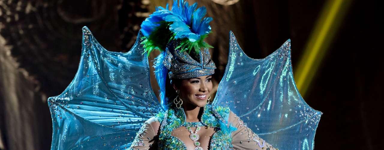 No início desta sexta-feira (27), as 27 candidatas ao título de Miss Brasil 2013 participaram de um momento muito tradicional nos concursos de beleza: o desfile de trajes típicos. O evento aconteceu no Minas Centro, em Belo Horizonte, e contou com as torcidas de cada estado.Na foto, Miss Santa Catarina