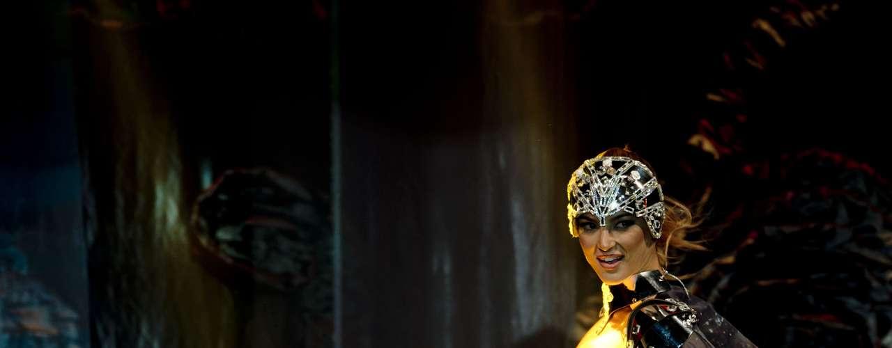 No início desta sexta-feira (27), as 27 candidatas ao título de Miss Brasil 2013 participaram de um momento muito tradicional nos concursos de beleza: o desfile de trajes típicos. O evento aconteceu no Minas Centro, em Belo Horizonte, e contou com as torcidas de cada estado.Na foto, Miss São Paulo