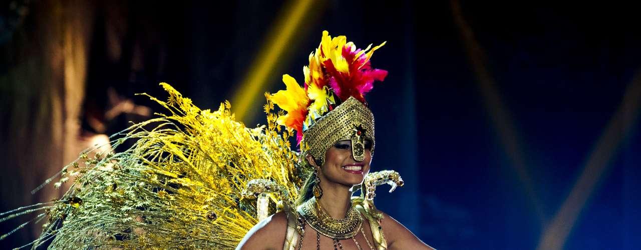 No início desta sexta-feira (27), as 27 candidatas ao título de Miss Brasil 2013 participaram de um momento muito tradicional nos concursos de beleza: o desfile de trajes típicos. O evento aconteceu no Minas Centro, em Belo Horizonte, e contou com as torcidas de cada estado.Na foto, Miss Tocantins