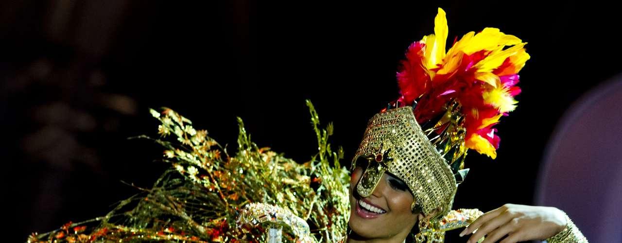 No início desta sexta-feira (27), as 27 candidatas ao título de Miss Brasil 2013 participaram de um momento muito tradicional nos concursos de beleza: o desfile de trajes típicos. O evento aconteceu no Minas Centro, em Belo Horizonte, e contou com as torcidas de cada estado. Na foto, Miss Tocantins