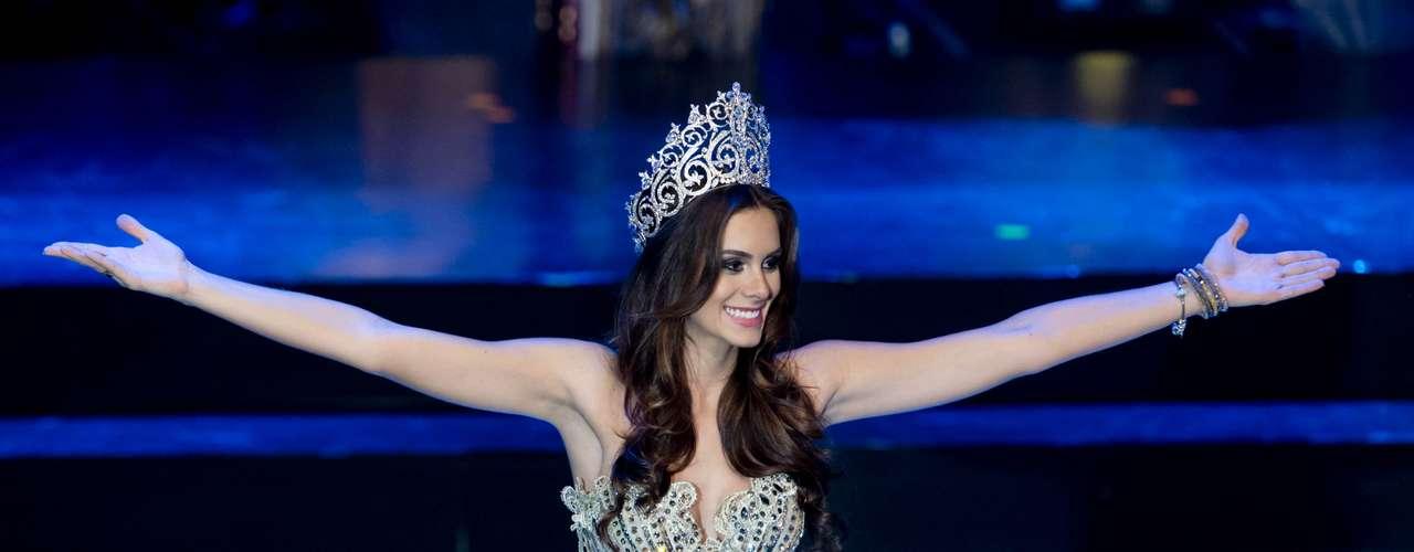 Gabriela Markus, vencedora do concurso em 2012, passou sua coroa para a competidora do Mato Grosso