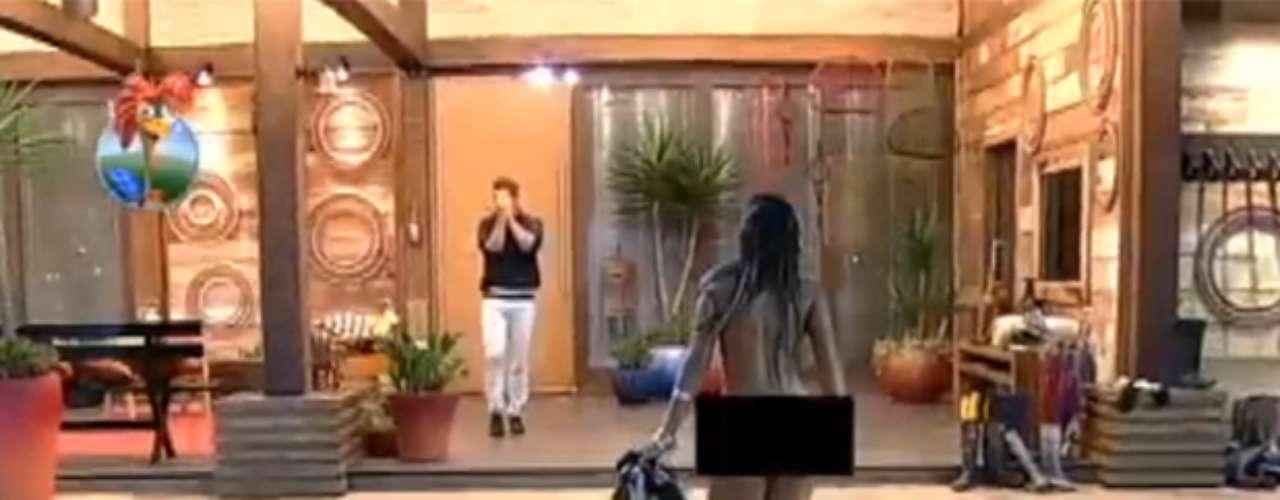 Na exibição desse sábado (28) do reality show A Fazenda 6, da Record, Andressa Urach surpreendeu ao desfilar pelada pela sede. Ela tirou a roupa como forma de se manifestar contra os finalistas do programa, já que suas inimigas Bárbara Evans e Denise Rocha disputam o prêmio de R$ 2 milhões