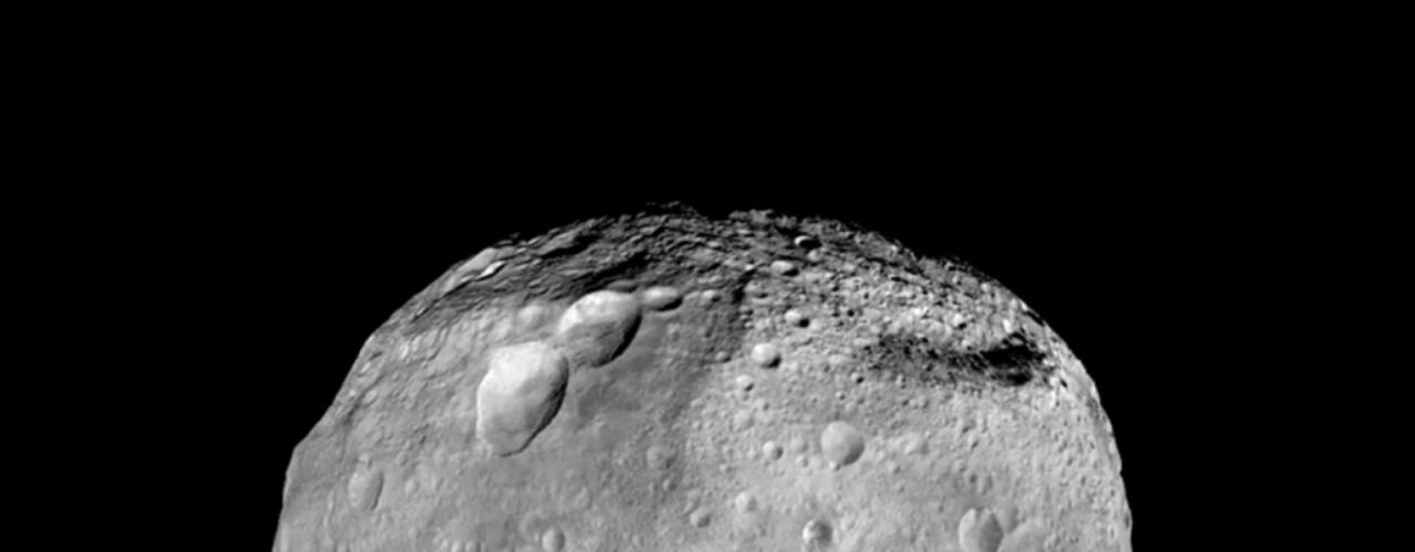 1º de outubro - O gigantesco asteroide Vesta - um dos maiores objetos desse tipo no Sistema Solar, fatoque o levou a ser classificado como protoplaneta - foi fotografado pela sonda Dawn da Nasa, que o estudou de julho de 2011 a setembro de 2012. Uma imensa montanha elevada, com mais que o dobro do tamanho do Monte Everest, é visível na parte de baixo da imagem. Esses são os últimos registros da sonda Dawn durante sua passagem pelo planeta anão Ceres, o maior asteroide do Sistema Solar
