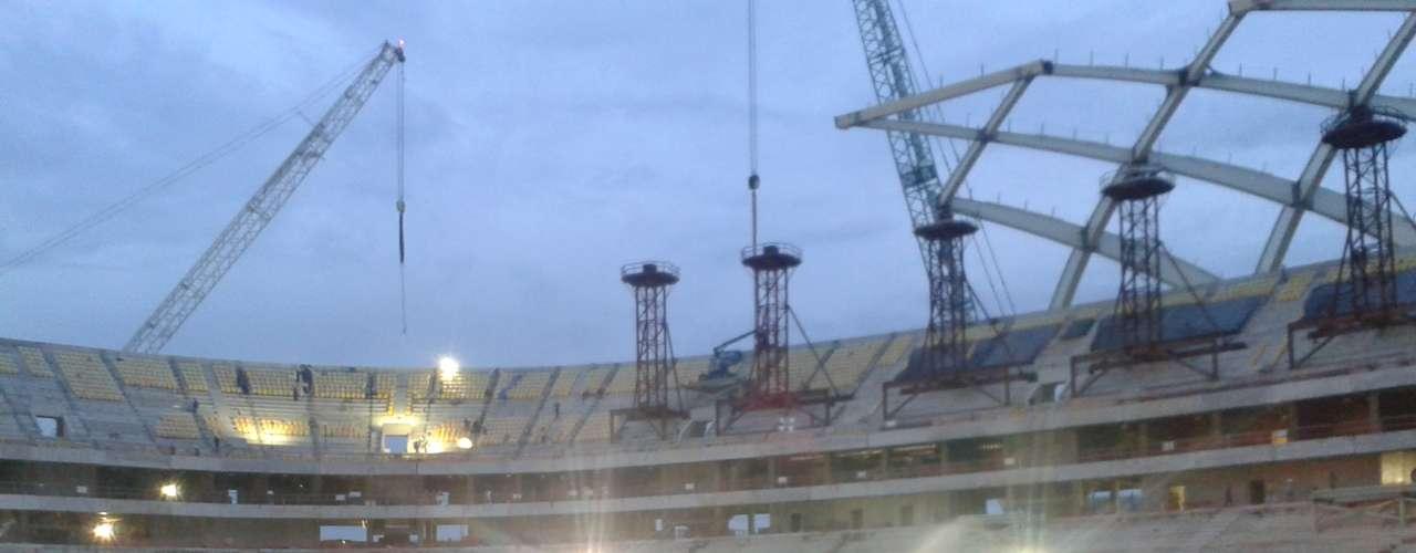 30 de setembro:  com obras no estágio de 84,03% concluídas, a Arena da Amazônia começou a ganhar gramado