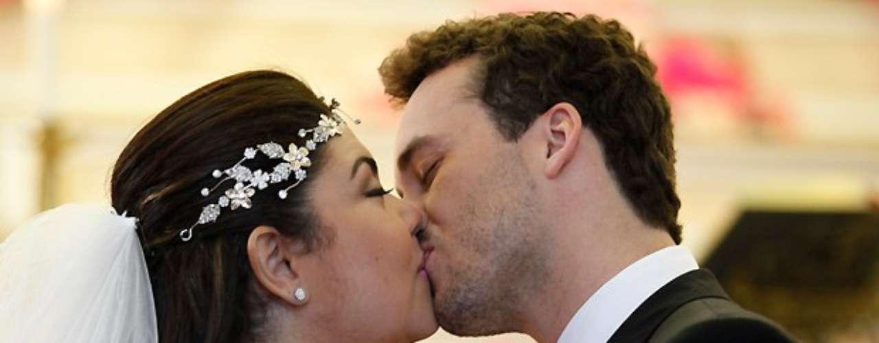 Perséfone (Fabiana Karla) se casa com Daniel (Rodrigo Andrade) sob os olhares atentos da família contrariada do rapaz