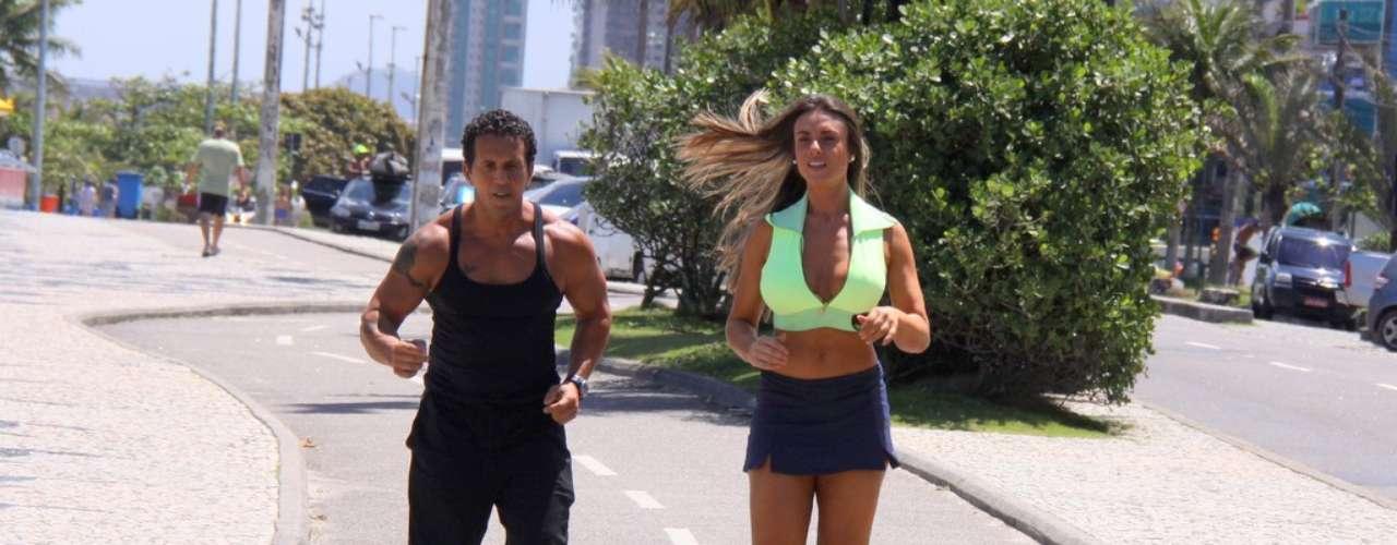 Outubro 2013-Nicole Bahls virou atração na orla da Barra da Tijuca, no Rio de Janeiro, nesta quarta-feira (9). Vestindo minissaia e top, a modelo praticava exercícios no local, quando foi abordada por várias pessoas. Simpática, ela cumprimentou a todos e também posou para fotos