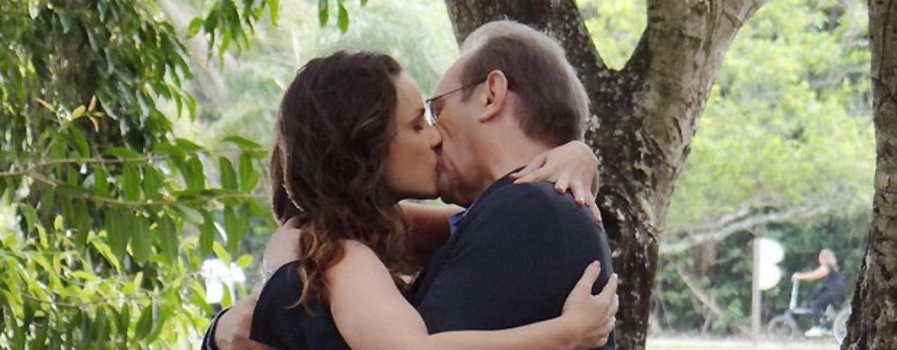 Com o telefone celular que Herbert deu de presente a Gina, eles combinam um novo encontro. Assim como na primeira vez, um diz ao outro que está se sentindo como se fosse criança, rindo da situação. O beijo, então, acaba acontecendo, com muita delicadeza