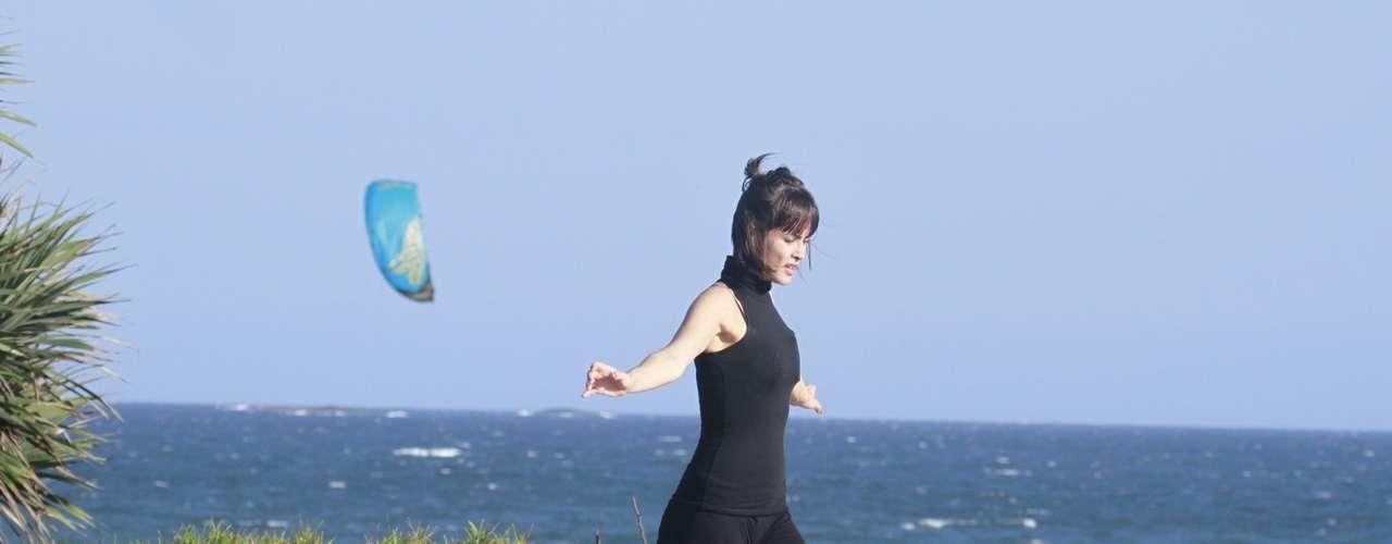 Outubro 2013-A atriz Maria Casadevall, a Patrícia da novela Amor à Vida, foi fotografada na praia da Barra da Tijuca, no Rio de Janeiro, enquanto dançava sozinha pela areia