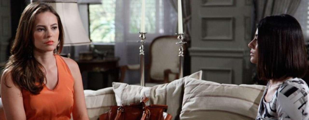 Félix conta para toda a família que César está comprando uma casa com Aline. Paloma é a única que fica do lado do pai