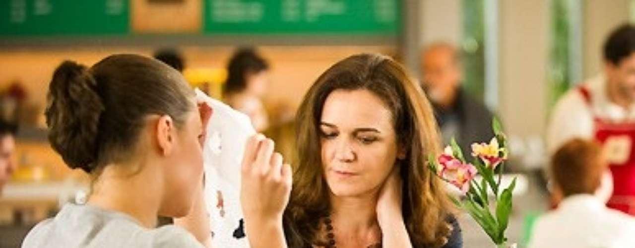 A mãe de Linda fica enciumada ao ver que a filha se comunica muito bem com o advogado