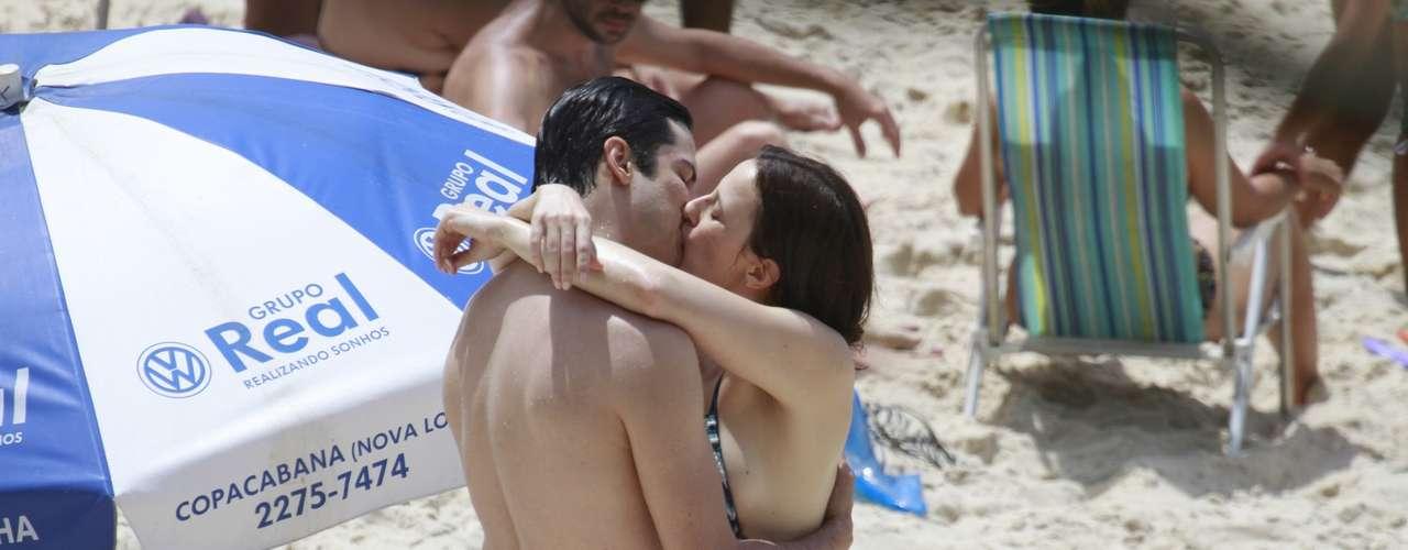 Outubro 2013-Mateus Solano e Paula Braun aproveitaram a folga das gravações de 'Amor à Vida' para brincar com a filha Flora, de 2 anos, na Prainha, Rio de Janeiro