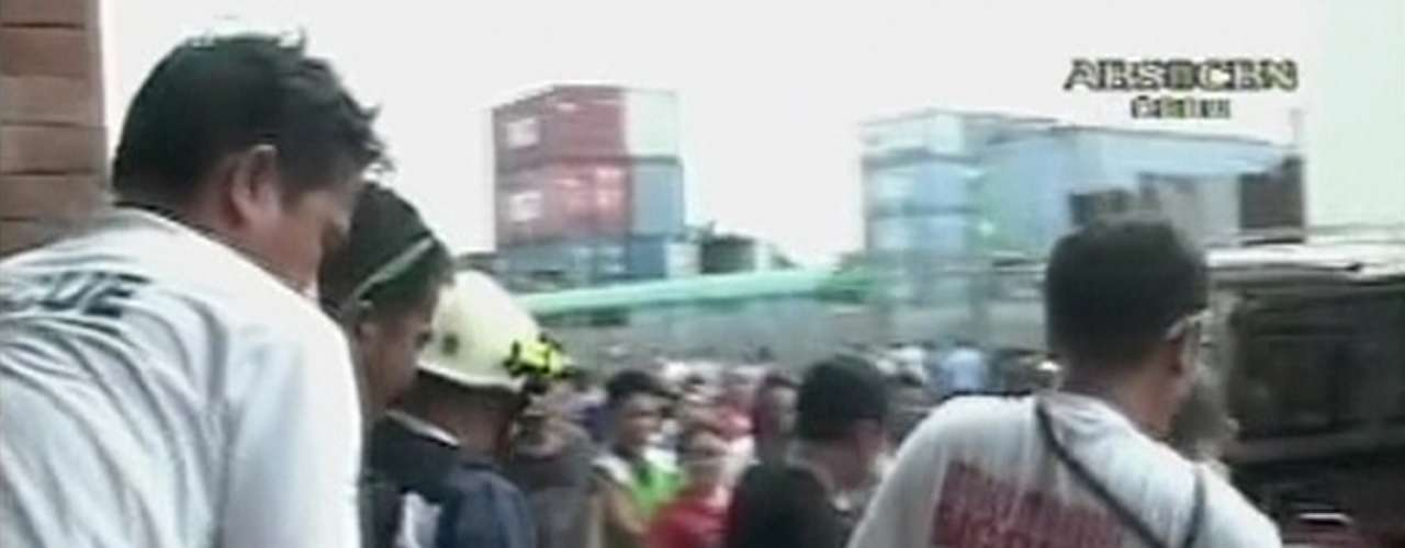 Equipes de resgate socorrem vítimas após terremoto