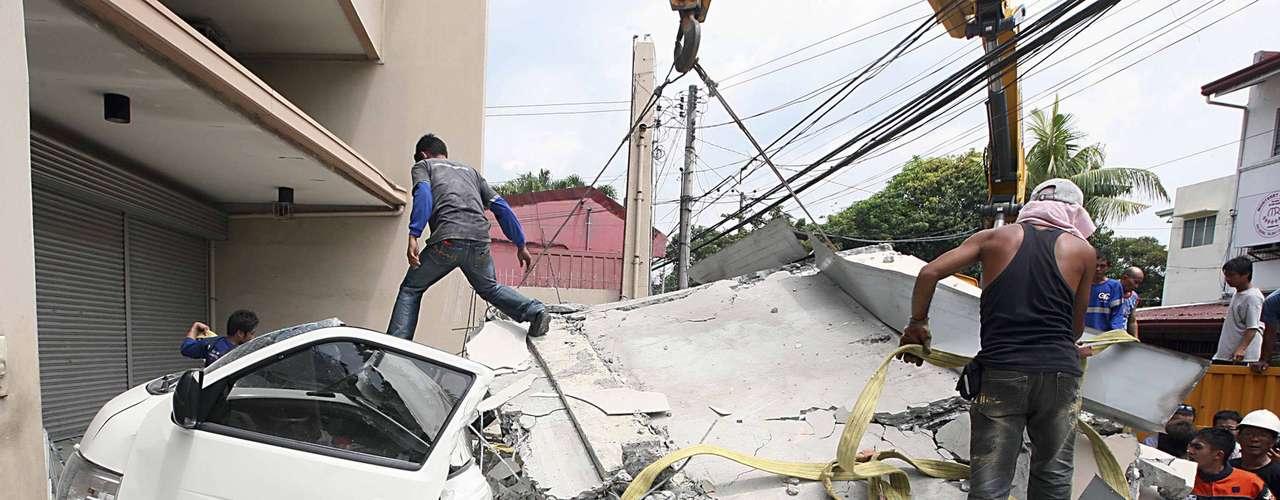 Um terremoto de 7.2 graus de magnitude deixou dezenas de mortos nas Filipinas nesta terça-feira. O tremor também destruiu prédios e igrejas históricas