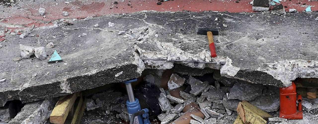 Algumas pessoas não puderam escapar dos escombros de um prédio do porto, que desabou