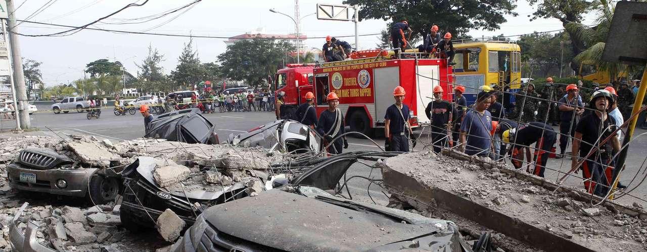 Prédios desabaram sobre carros em Cebu