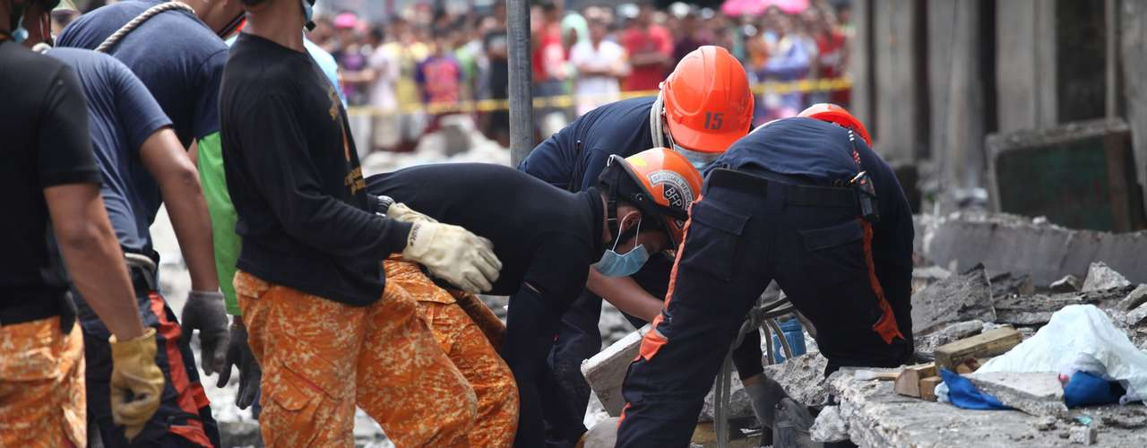 Vítimas são resgatadas pelas equipes de socorro