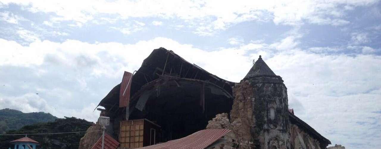Igraja de São Pedro, em Loboc, teve o telhado praticamente destruído