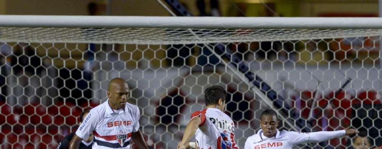 Edson Silva e Wellington protegem a área do São Paulo