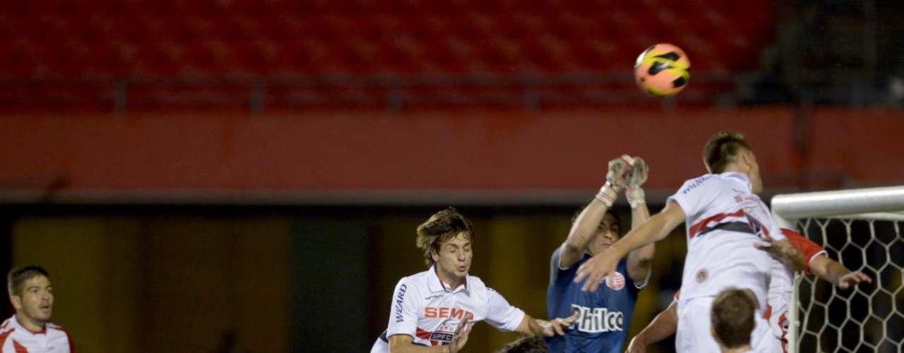 Ricardo Berna salta para afastar bola da área do Náutico