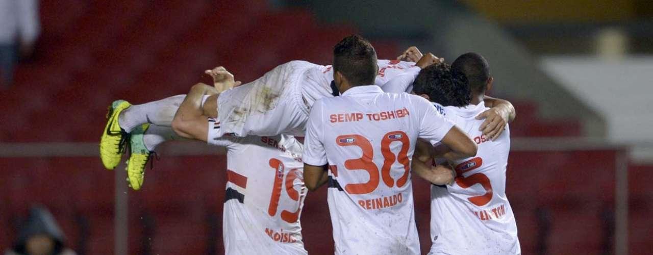 Com grande atuação de Paulo Henrique Ganso (carregado por companheiros), o São Paulo derrotou o Náutico por 3 a 0 e ficou mais distante da zona de rebaixamento