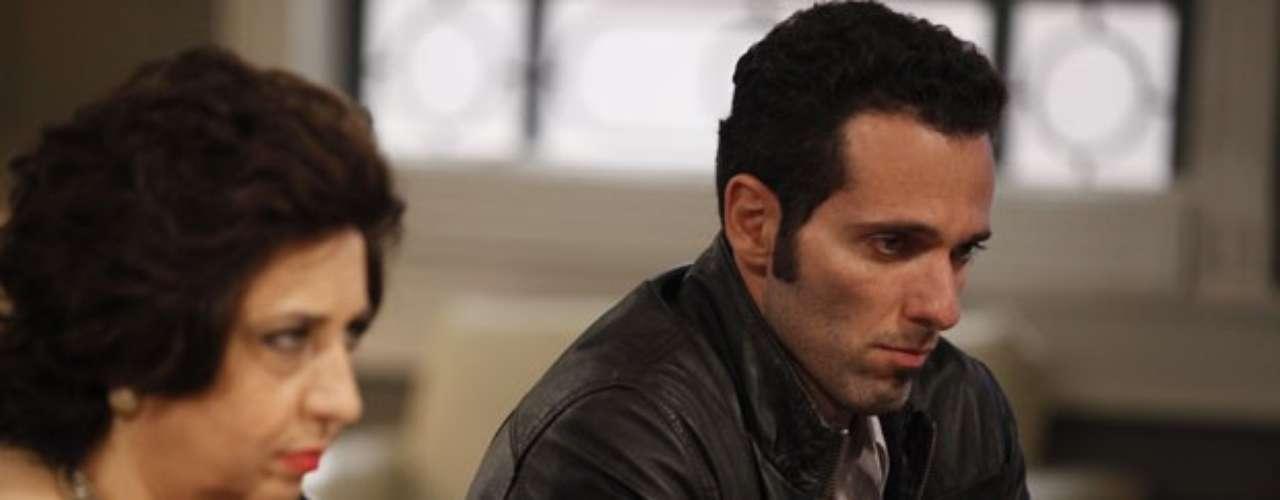 Em votação apertada, Félix (Mateus Solano) consegue a presidência do hospital e oferece o cargo de vice para o pai