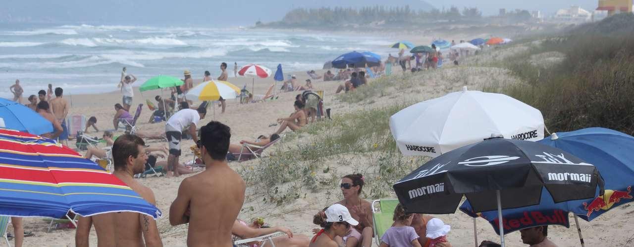19 de outubro - Banhistas aproveitam a praia em Florianópolis