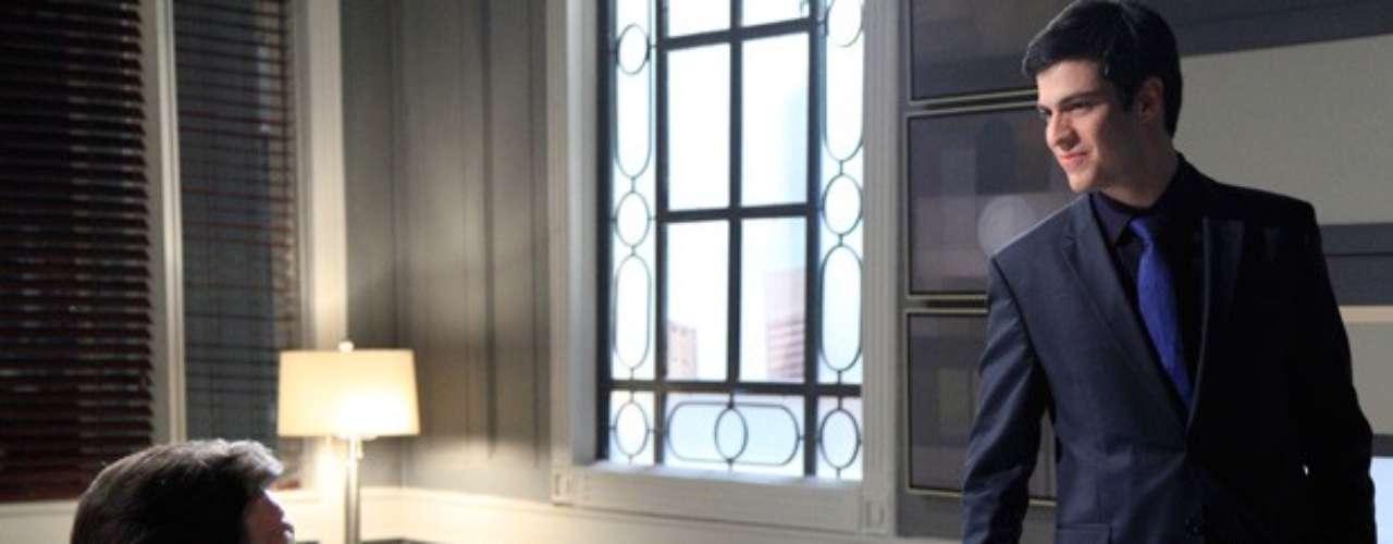 Félix (Mateus Solano) está ansioso para iniciar a vingança contra seu grande inimigo: César (Antonio Fagundes). Após assumir a presidência do hospital San Magno, o vilão convida Atílio (Luis Melo) para voltar a trabalhar com ele e logo convoca o colega para uma nova missão.Eu suspeito que o meu pai desviou dinheiro do hospital quando era presidente. Quero provar!, diz Félix, ao afirmar que César fez isso porque está cego por Aline (Vanessa Giácomo). Atílio, então, pergunta se já não basta ele ter se tornado presidente. Quero acabar com o orgulho dele. Derrubar o doutor César do pedestal de símbolo da honra em que ele se instalou. E você vai ter que me ajudar!, responde o vilão