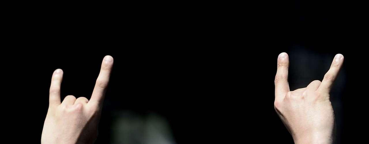 Dokken tocou para poucos corajosos que enfrentaram o domingo de sol forte na Arena Anhembi em São Paulo