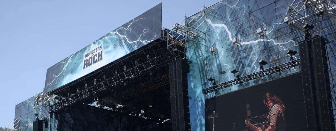 O trio do Dr.Sin foi uma das primeiras bandas a subir ao palco do Monsters Of Rock neste domingo (20), em São Paulo