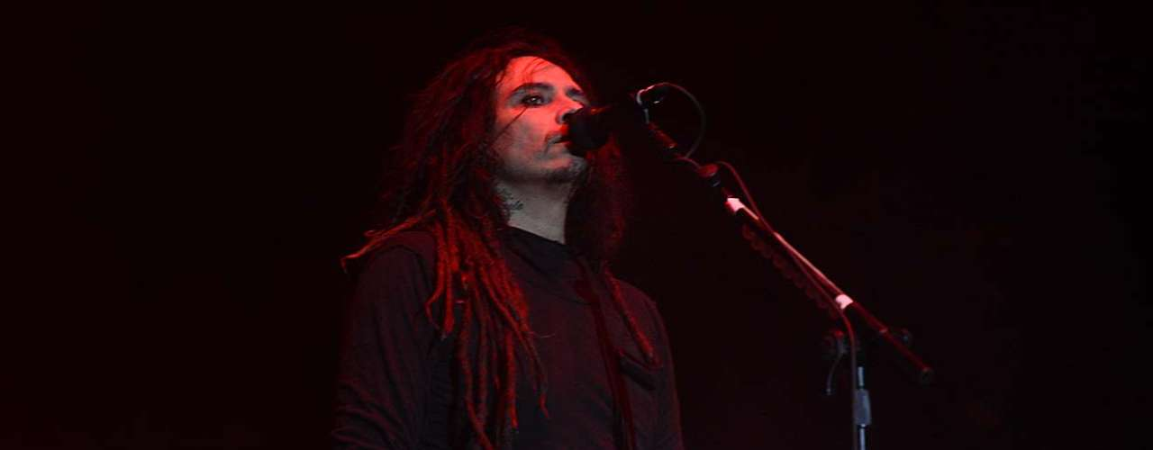 Nem Korn, nem Slipknot. A banda mais aclamada pelos fãs brasileiros neste primeiro dia de Monsters of Rock sequer estava no line up do festival. O Sepultura, do guitarrista Andreas Kisser e do vocalista Derrick Green, não apenas dominou o palco do evento como ainda por cima salvou o show do Korn, penúltima banda a se apresentar no dia. Com Green e Kisser, a banda america recuperou o público que estava disperso após um cover de Roots Bloody Roots, hino dos metaleiros brasileiros