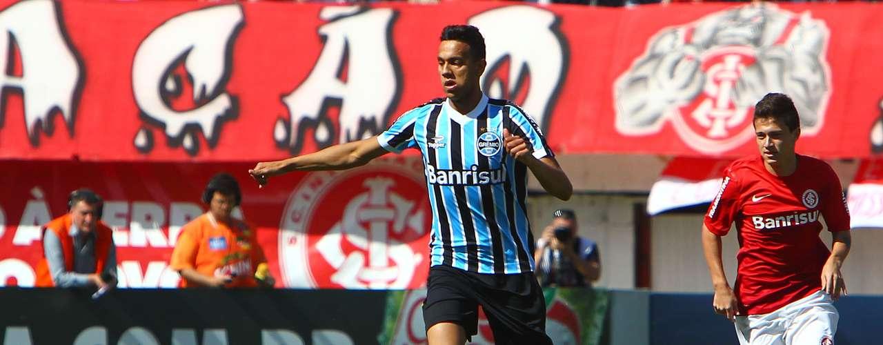 Souza no São Paulo? Titular absoluto importante para o Grêmio, o volante chamou atenção do São Paulo. Mas o time gaúcho espera uma grande proposta para negociá-lo. Rhodolfo pode entrar como contrapeso