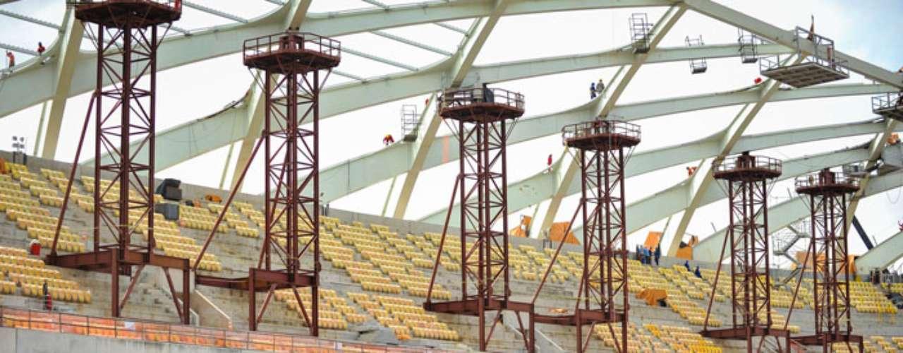 22 de outubro: As principais frentes de trabalho estãoconcentradas na montagem da estrutura metálica da cobertura e fachada