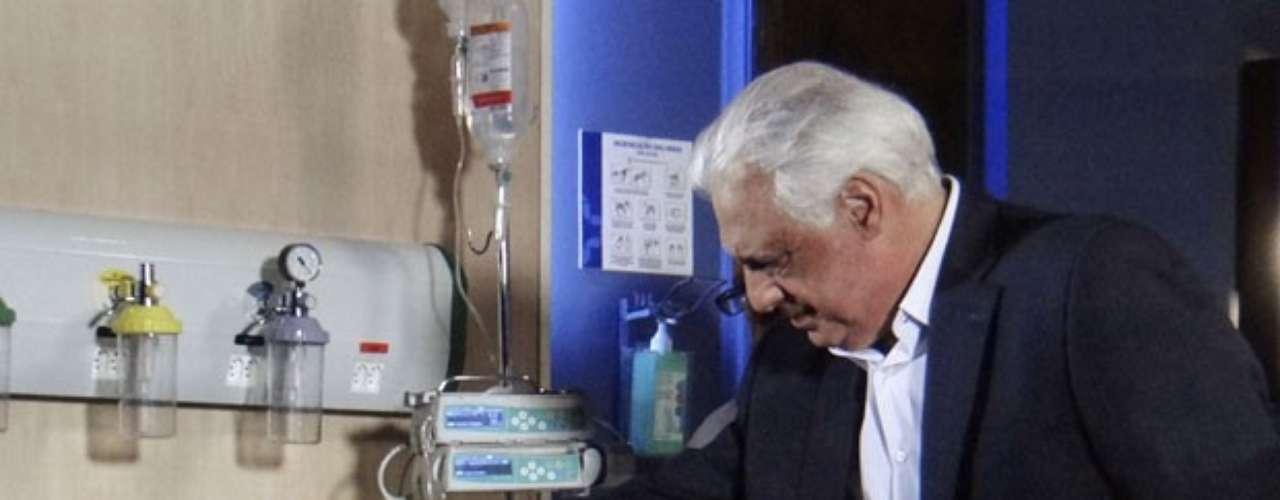 Pilar (Susana Vieira) arde em febre e é internada sob os cuidados de César (Antonio Fagundes)
