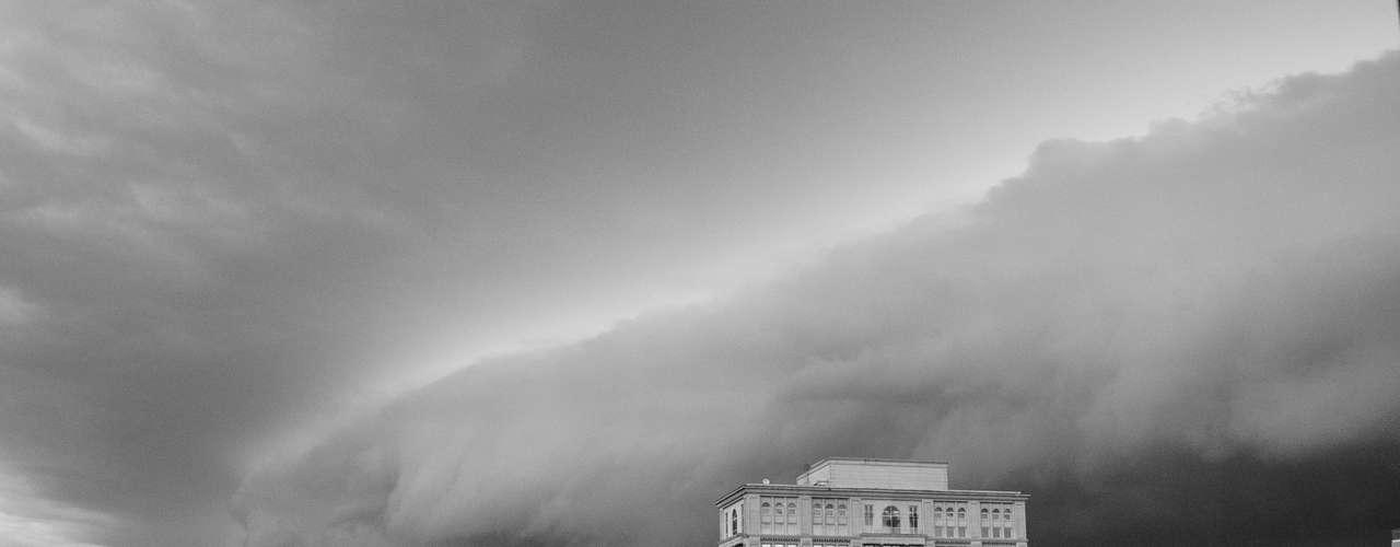 23 de outubro - Nuvens encobriram océu de Porto Alegre na tarde de quarta-feira