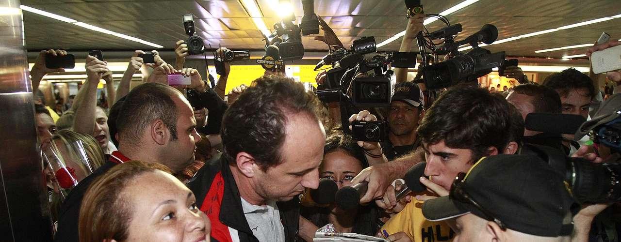 Rogério Ceni foi muito assediado por torcedores presentes no desembarque