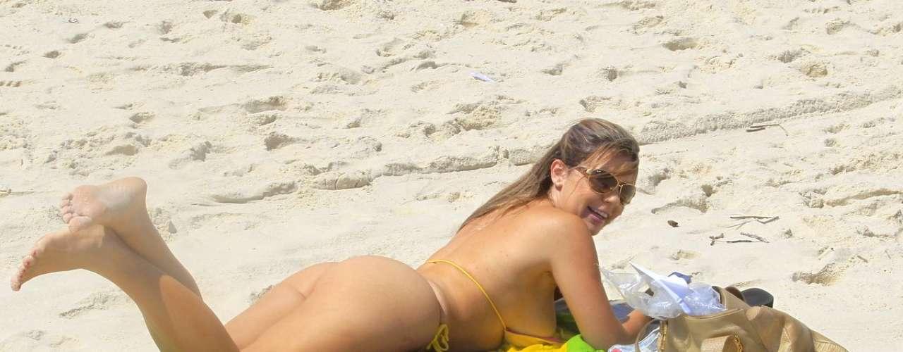 Outubro 2013-Larissa Gomes, modelo apontada como affair de Romário, curtiu a praia da Barra da Tijuca, no Rio de Janeiro