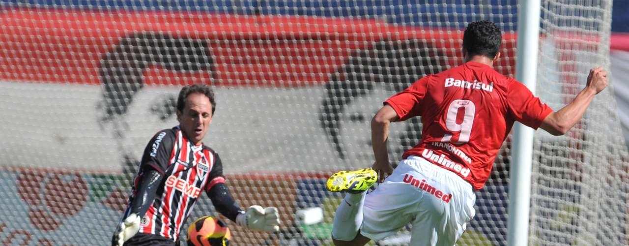 Damião, cara a cara com Rogério Ceni, chutou em cima do goleiro tricolor, mas mesmo assim marcou o gol